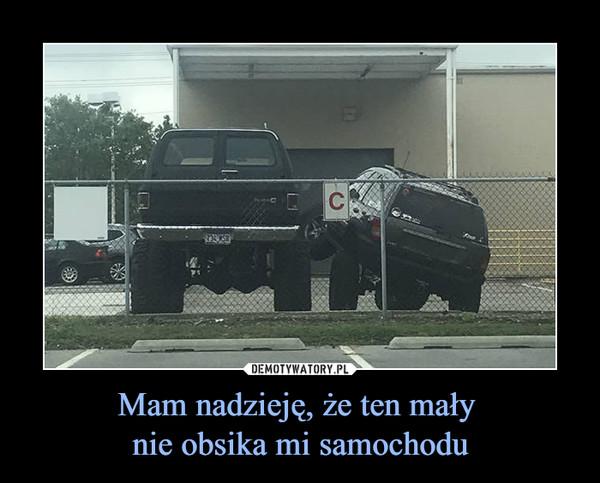 Mam nadzieję, że ten mały nie obsika mi samochodu –