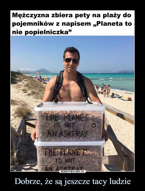 """Dobrze, że są jeszcze tacy ludzie –  Mężczyzna zbiera pety na plaży dopojemników z napisem """"Planeta tonie popielniczka"""""""