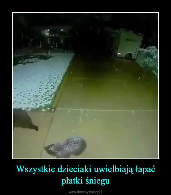 Wszystkie dzieciaki uwielbiają łapać płatki śniegu –